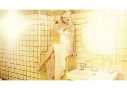 坐在浴室的模特