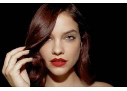 芭芭拉帕尔文,红发,染过的头发,灰色的眼睛,特写,黑色的背景,看着