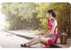 坐在路边的旗袍女图片