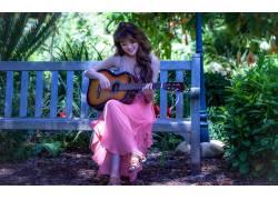 弹吉他的美女图片
