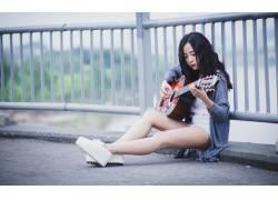 弹吉他的美女
