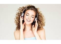 金色卷发听音乐美丽女子图片