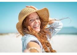 海边度假防晒美丽女子图片