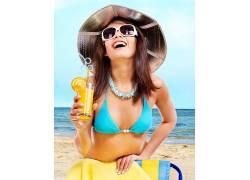 海边度假喝果汁美丽女子图片
