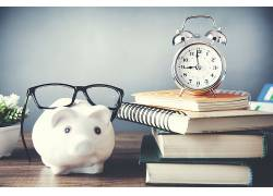 书桌白色小猪储钱罐图片