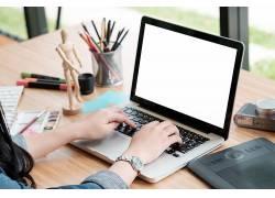 人手按笔记本电脑键盘