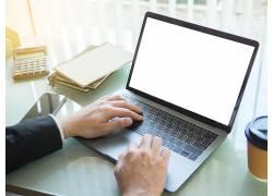 手按笔记本电脑键盘的人物