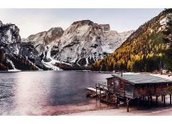 森林湖泊雪山图片