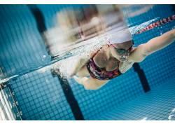 美女游泳池运动