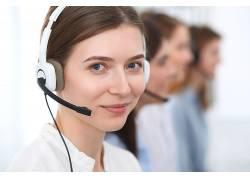 商务人士微笑戴耳机专业服务
