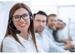 戴耳机话筒专业服务人员微笑