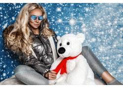 商务人士戴墨镜圣诞礼物狗熊