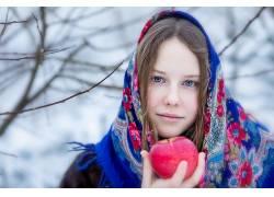 街拍手拿苹果大美女