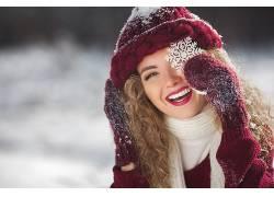 喜欢手拿雪花戴帽子头像美女