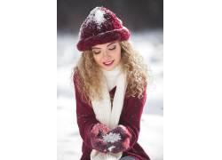 戴帽子头像美女手中雪花街拍
