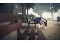 芭蕾舞,长凳,树木,阳光,芭蕾舞鞋,户外的女黑发,坐在,闭着眼睛,芭图片