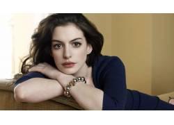 黑发,安妮・海瑟薇,蓝色连衣裙,放松,长椅,棕色的眼睛,面对,演员,图片