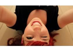 红发,躺着,微笑,染过的头发,蓝眼睛,舌头,黑色的衣服,女性,女人,