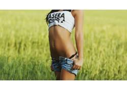 户外的女刺穿肚脐,女性,女人,美女,草,牛仔短裤,人物63143