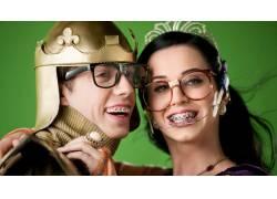 凯蒂佩里,背带,书呆子,眼镜,微笑,皇冠,绿色背景15535