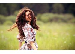 女性,女人,美女,黑发,有风,领域,户外的女头发在脸上,看着观众,长