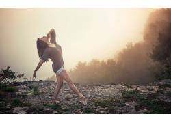抬头看,户外的女芭蕾舞鞋,悬崖,薄雾,黑发,女性,女人,美女,芭蕾舞图片