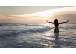 站在大海的美女
