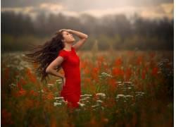 草丛中的美女