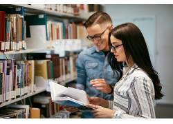 图书馆的女学生