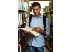 图书馆里的学生