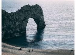 人物 沙滩 岩石与海图片