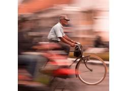 登自行车的老人