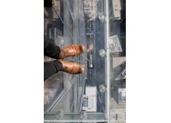 白色玻璃与小牛皮鞋图片人物素材