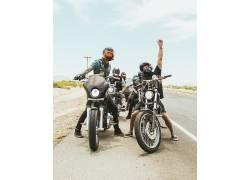 骑着摩托车的年轻人