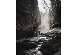 岩石下摄影的年轻人
