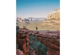 红岩石上的年轻人
