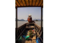 坐在船上的男人 船 河 流 男人,房子,旅游景区,乡村人物,人物,人