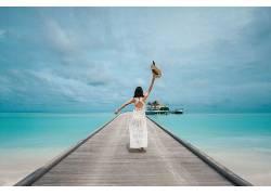 站 桥上的美女 手举帽子素材图片摄影