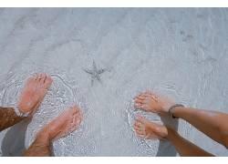 水面女人男人脚图片
