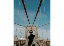 人物外国人网桥摄影图片图片
