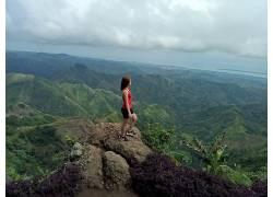 站在岩石上的女人