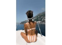 坐着船头的女人素材