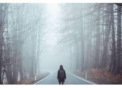 道路上人物女人道路旁树林树木雾摄影图片图片