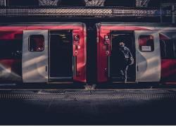 人物背双肩包上火车摄影图片图片