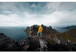 人物站在岩石上 看海 天空彩云 摄影图片图片