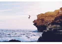 海边跳水的人物图片摄影