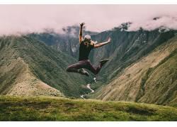山坡上运动的女人摄影图片