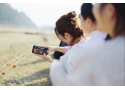 人物手机拍照山峰树林 摄影图片壁纸 高清图片
