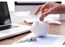 办公桌白色小猪储钱罐图片