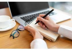 笔记本电脑学习办公手拿笔记本